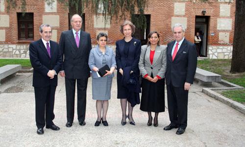 Foto de grupo de la II Edición del Premio de DDHH. De izquierda a derecha: Virgilio Zapatero (Rector de la Universidad de Alcalá), el Rey Don Juan Carlos I, Hellen Mack (presidenta de la FMM), la Reina Sofía, una miembro de la FMM y Enrique Múgica (Defensor del Pueblo)