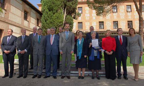 Foto de grupo en el jardín de la Universidad de Alcalá durante la VI Edición del Premio de Derechos Humanos Rey de España