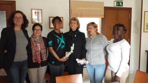 Soledad Becerril junto a las adoratrices durante su visita al SICAR cat en Barcelona