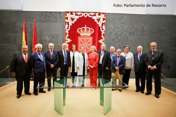 Foto de grupo de las jornadas de Coordinación de Defensores en el Parlamento de Navarra: defensores autonómicos, Uxue Barkos, Ainhoa Aznárez y Soledad Becerril