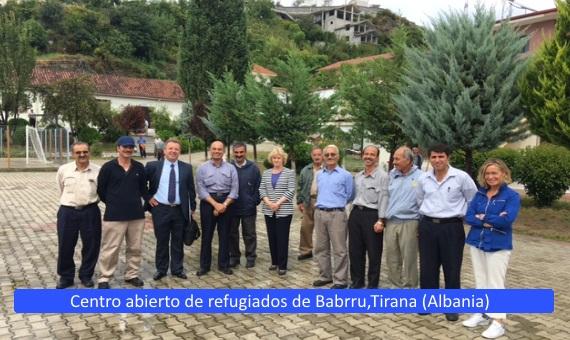 Foto de grupo con Soledad Becerril en la Conferencia Internacional de Instituciones del Ombudsman sobre flujos migratorios, sobre el texto: Centro abierto de refugiados de Barbrru, Tirana (Albania)