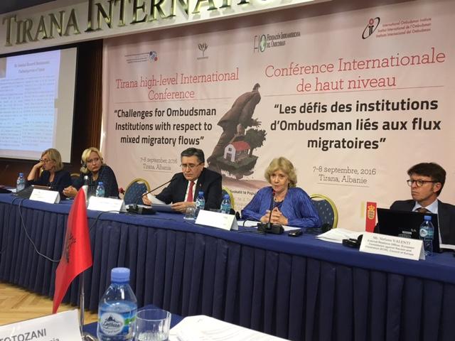 Soledad Becerril dando su discurso en la conferencia sobre los flujos migratorios