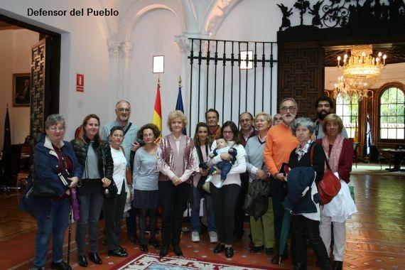 """Soledad Becerril con participantes """"Madrid otra Mirada"""" en la sede de la Institución"""