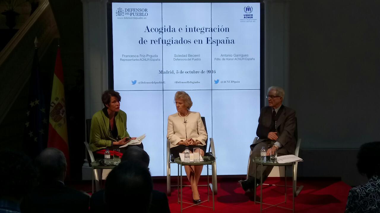 Francesca Friz-Prguda (representante de ACNUR en España) durante su intervención en el acto de apertura, junto a Soledad Becerril y Antonio Garrigues