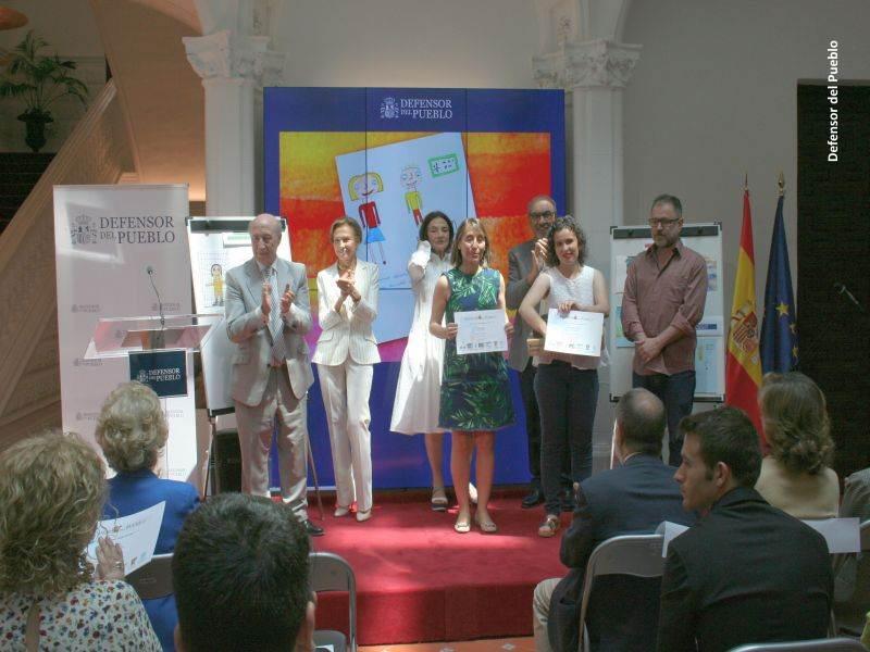 Una de las ganadoras recoge su premio ante la mirada del jurado del Concurso de Dibujos