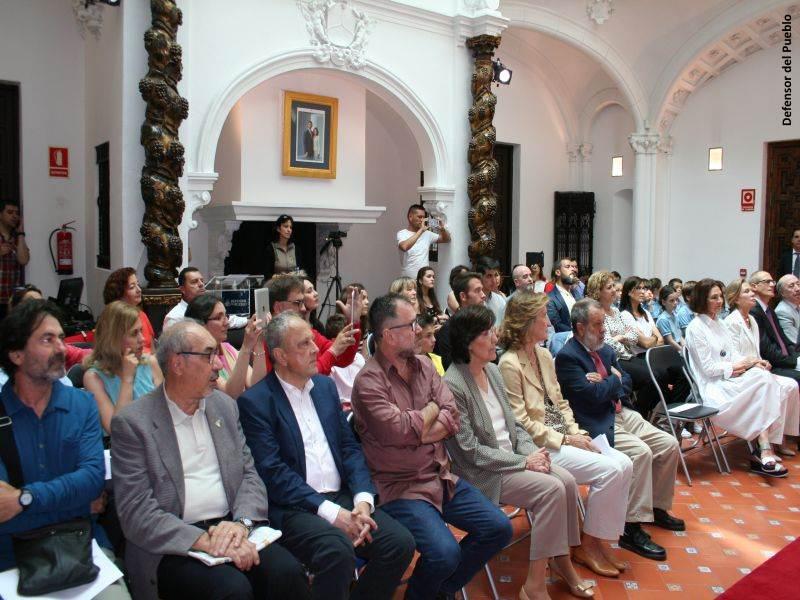 Asistentes atentos al escenario durante la entrega de los premios del concurso de Dibujo en la sede de la institución