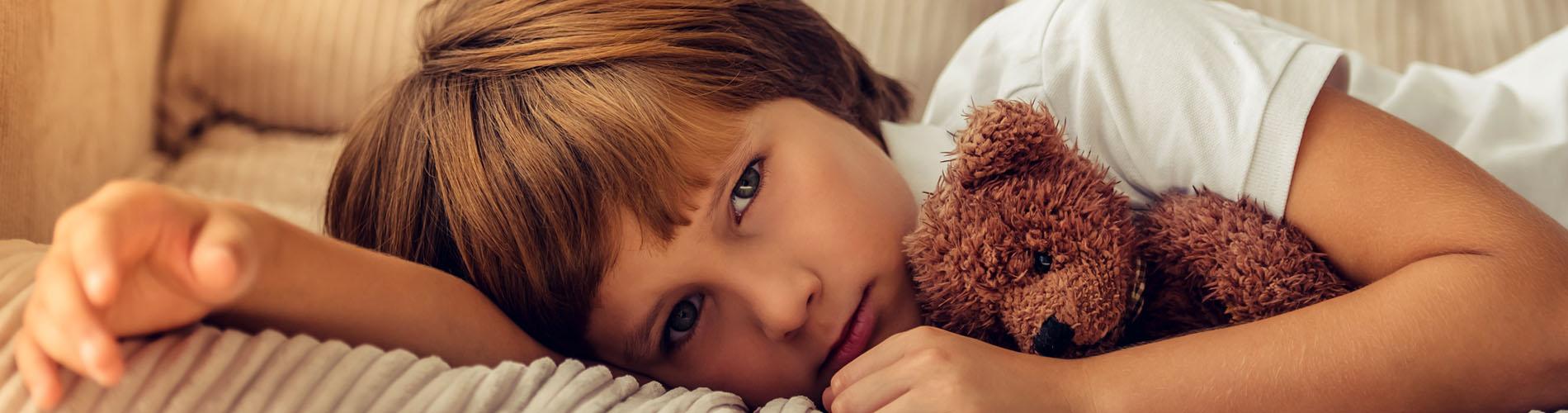 niño mirando, con un juguete en la mano