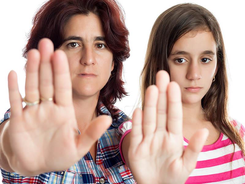 dos mujeres con manos contra la violencia de género