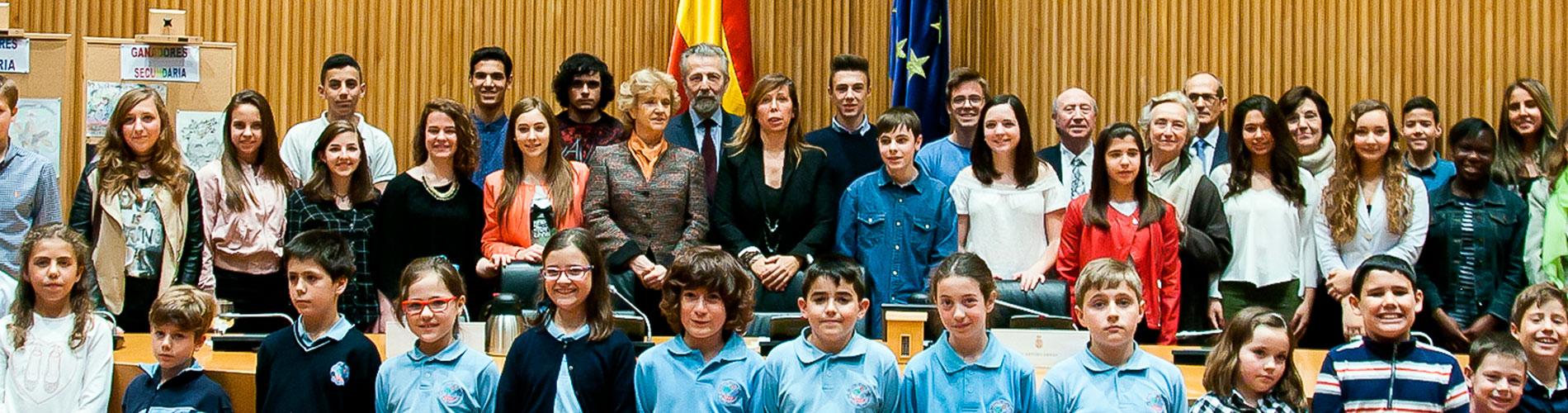 niños participantes, con la defensora y otras autoridades en la entrega de premios