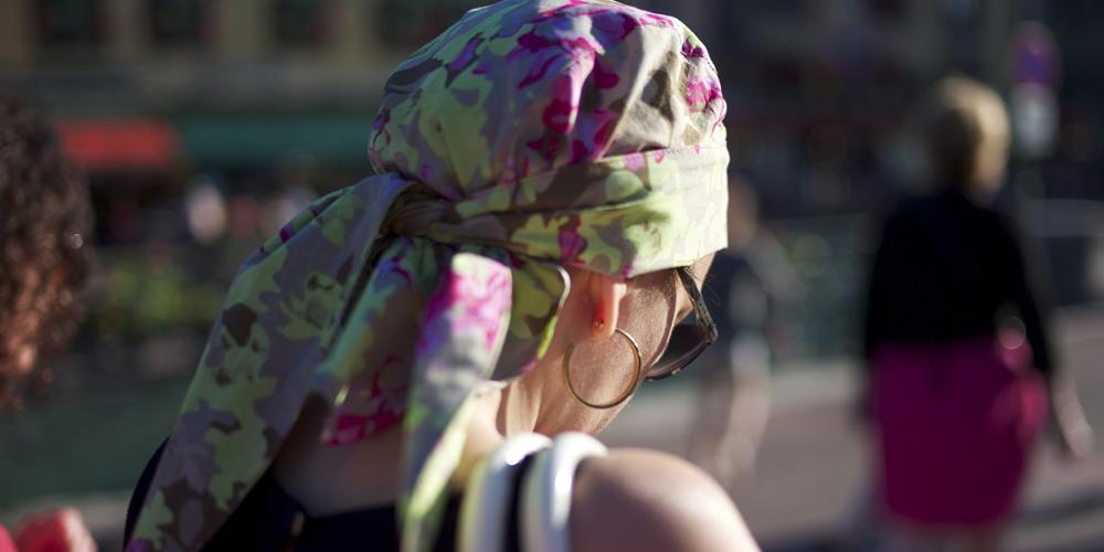 Mujer con un pañuelo anudado en la cabeza mirando al suelo