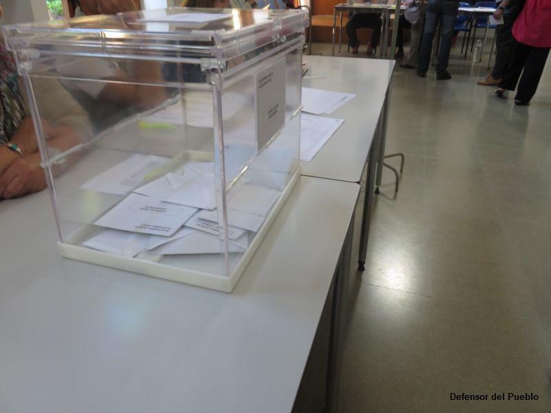 Urna con sobres sobre mesa electoral