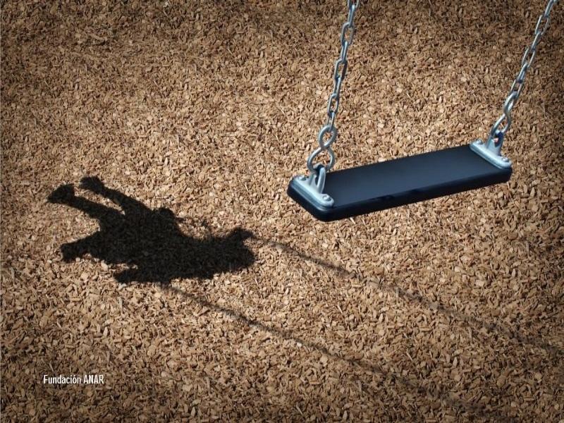 Foto Anar: columpio proyectando la sombra de un niño columpiándose.