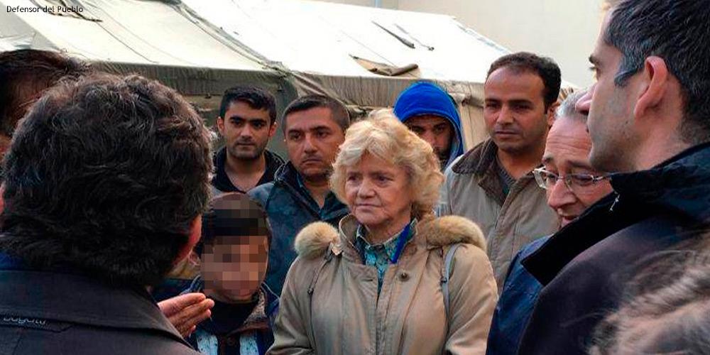 Soledad Becerril charla con un grupo de refugiados en el campo de las Termópilas