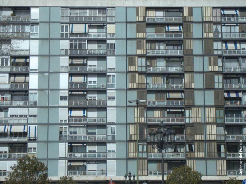 Fachada azul de un edificio de barrio humilde de 10 pisos