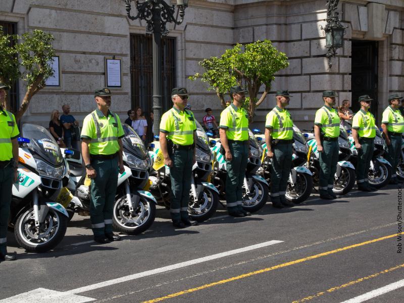 Motoristas de la Guardia Civil en posición de firmes