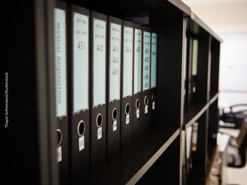 Estantería de color negro con archivadores ordenados