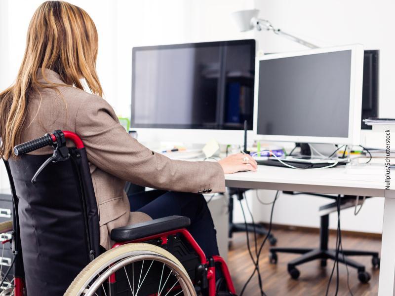 Persona en silla de ruedas con ordenador