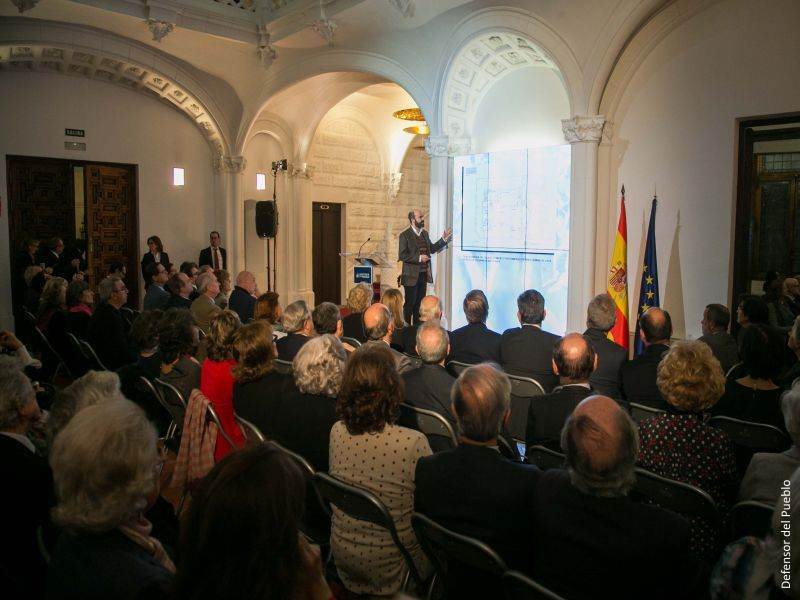 Imagen del acto.Iñigo Cobeta y público presentación libro Defensor