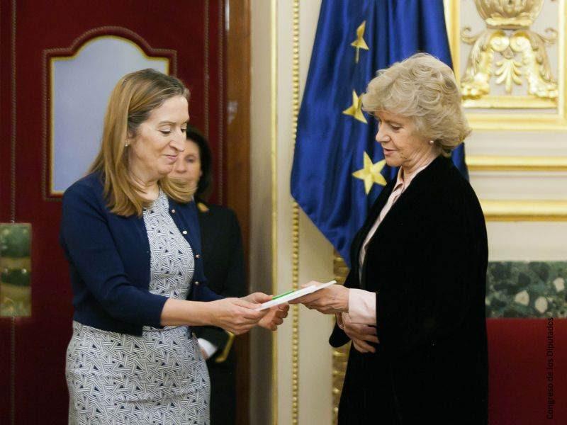 Entrega del Informe 2016 a la Presidenta del Congreso de los Diputados