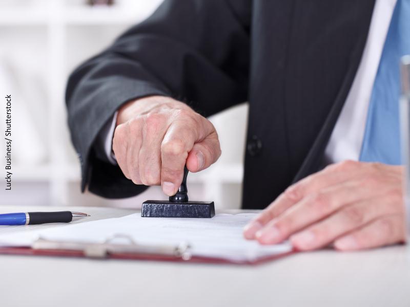 Persona poniendo sello en un documento