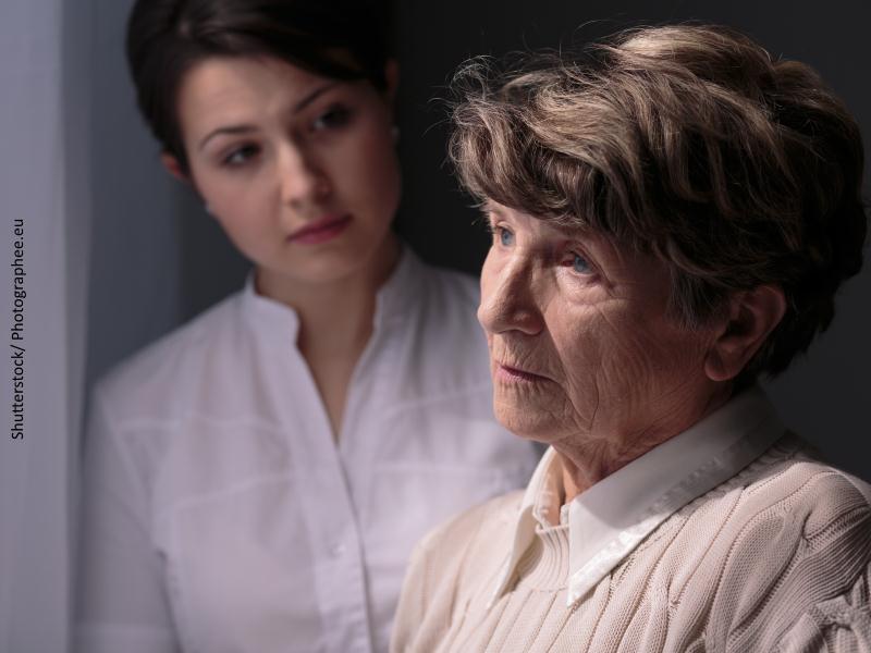 mujer mayor junto a chica joven
