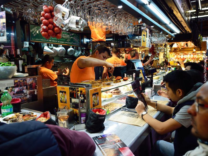 Barra de bar con gente comiendo