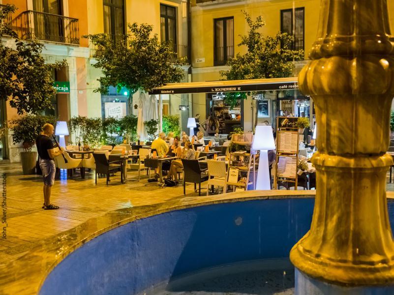 plaza con terazas
