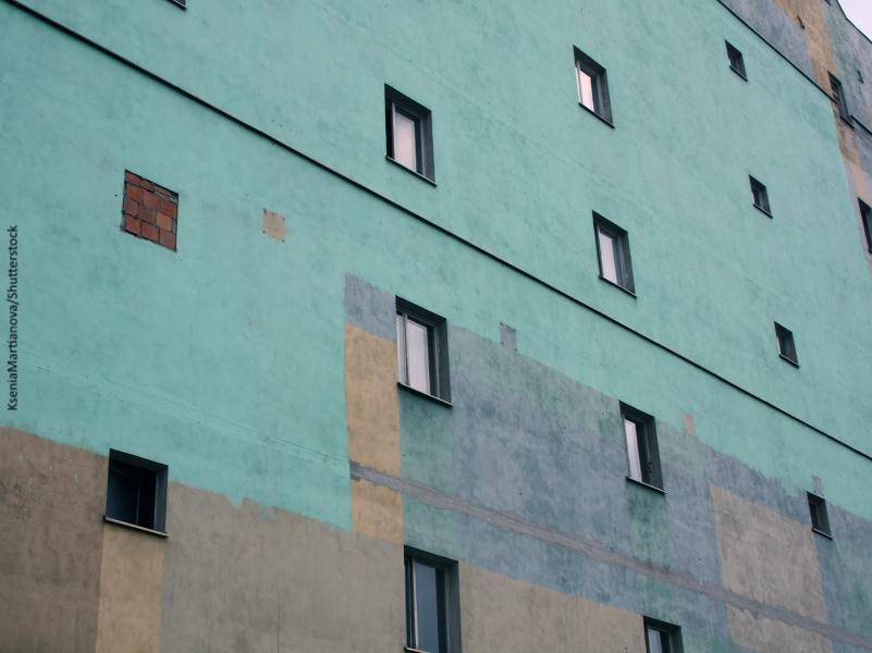 Fachada de casa con alguna de las ventanas tapiadas