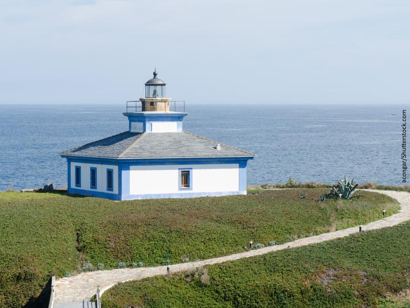 Faro de costa cantábrica color blanco con ventanas en azul