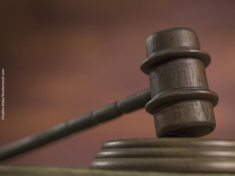 Primer plano de una maza de madera antigua de juez