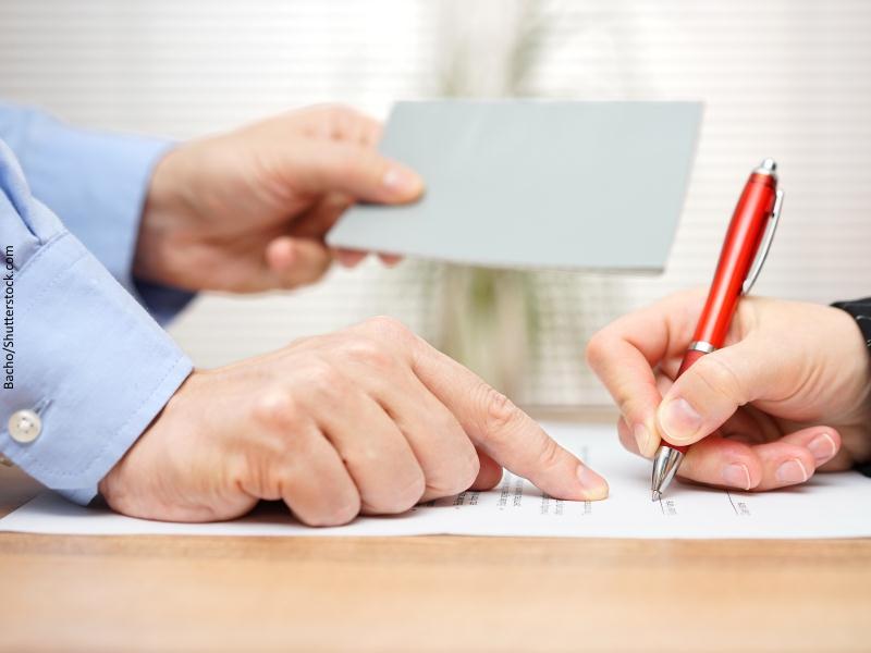 Persona firma documento de entrega de documentación