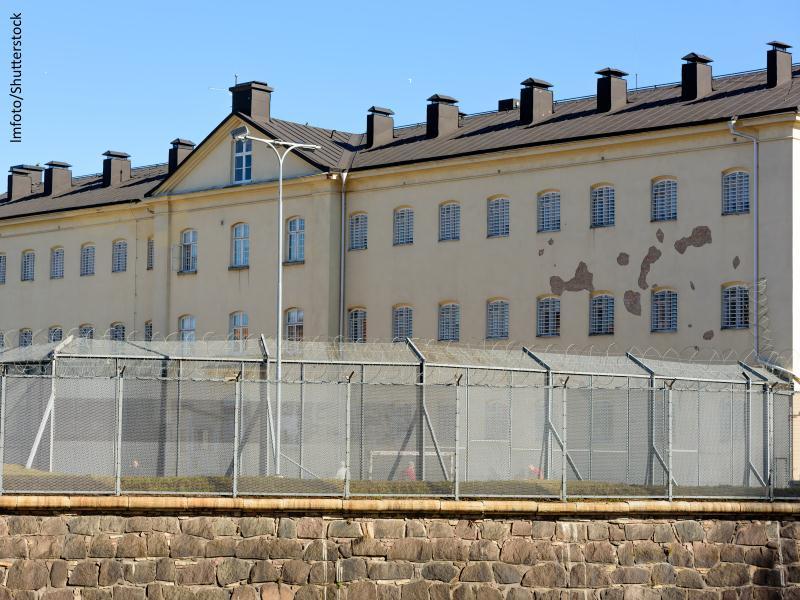 muro con rejas y alambrada de un centro penitenciario