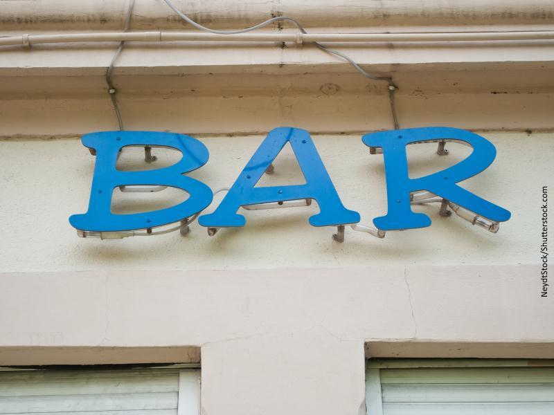 Letrero de bar en fachada. Letras azules