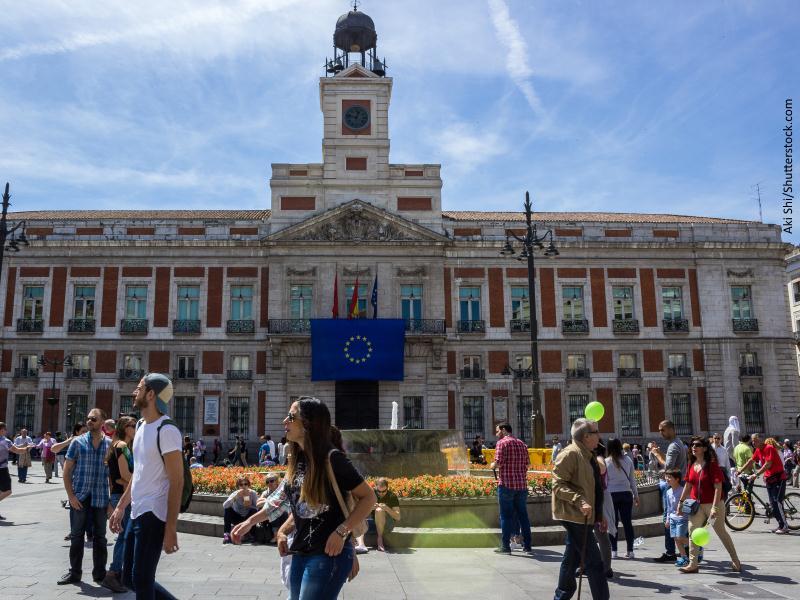 Edificio del reloj de la Puerta del Sol por la mañana soleada y gente visitando