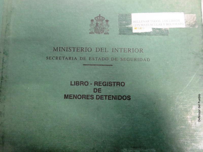 Portada verde con letras negras de libro de registro de menores detenidos