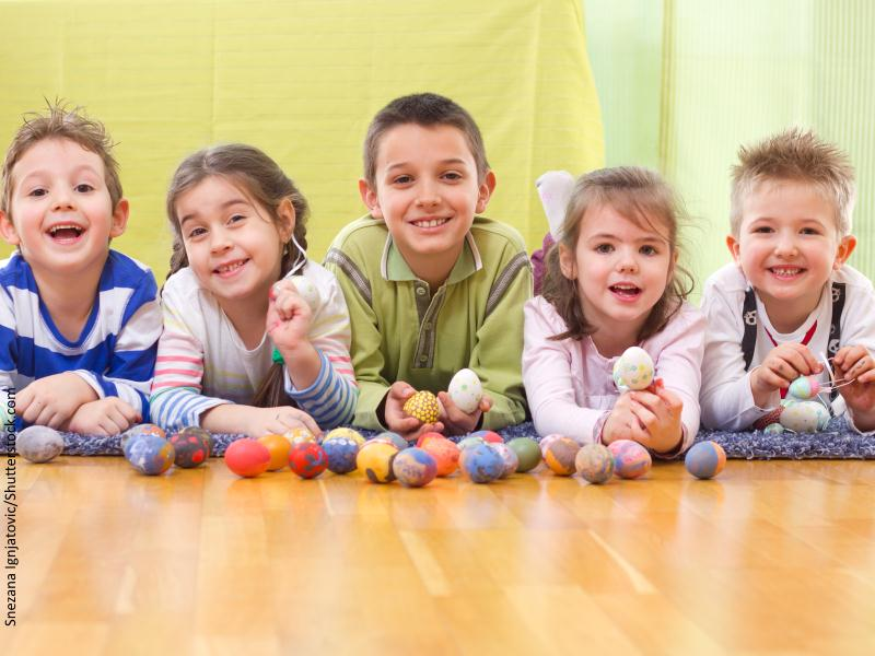 imagen de cinco niños tumbados en el suelo