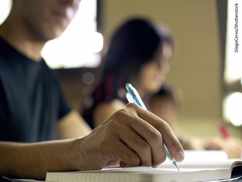 chico joven escribiendo