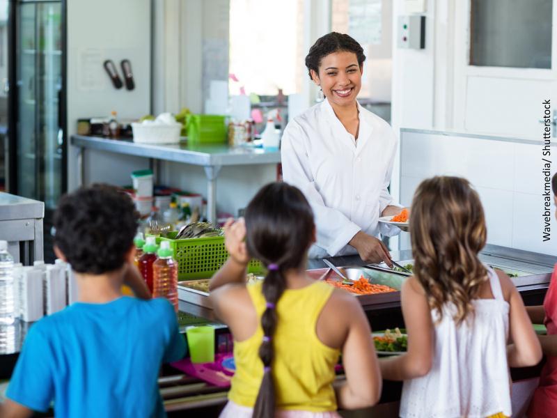 Niños en comedor escolar
