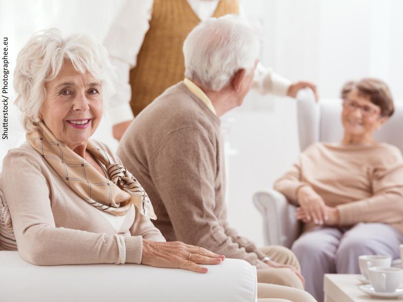 persona mayor con otras personas