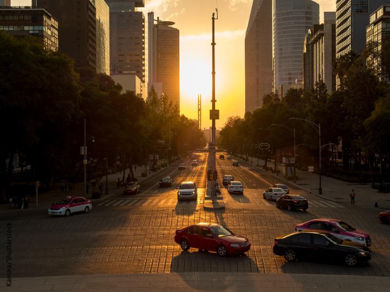 Avenida de gran ciudad con luz de amanecer