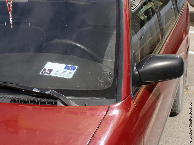 Tarjeta identificativa de minusválido puesta en parte delantera del coche