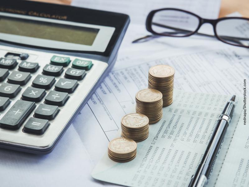 Cuatro montones de monedas, calculadora...