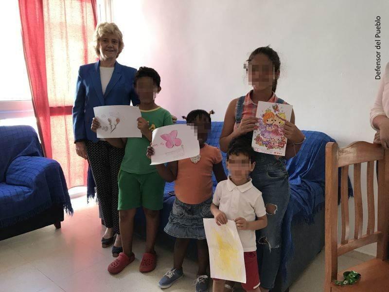 Visita de la Defensora al centro de acogida a inmigrantes de Cruz Roja en Sevilla