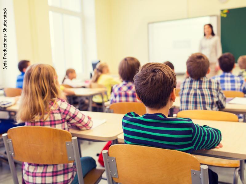 Niños de espaldas en clase