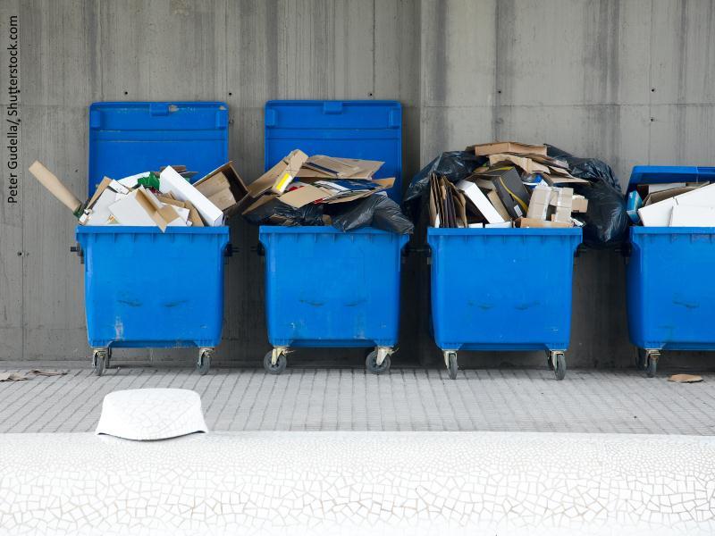 Tres contenedores de color llenos de basura