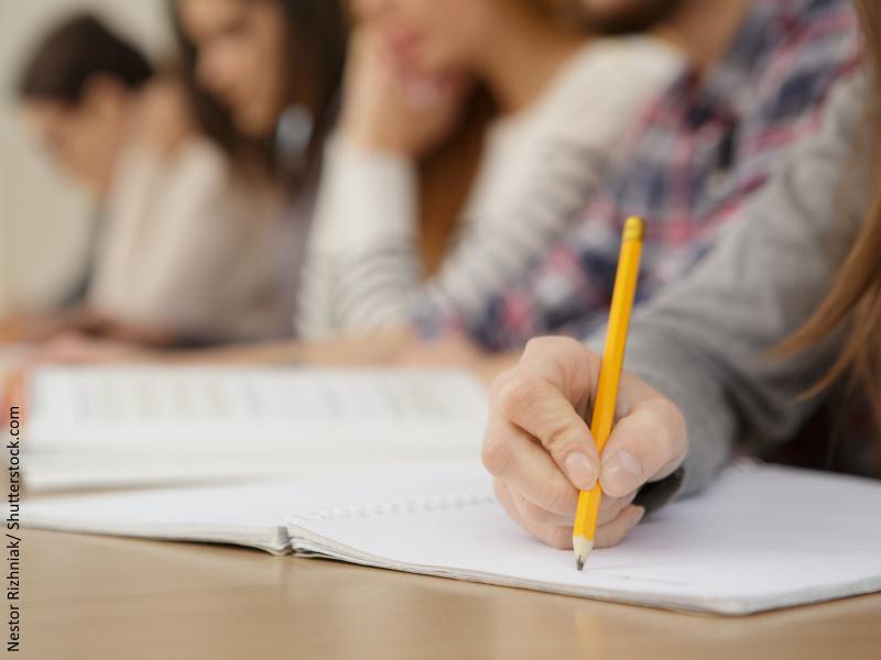 lapiz escribiendo sobre papel