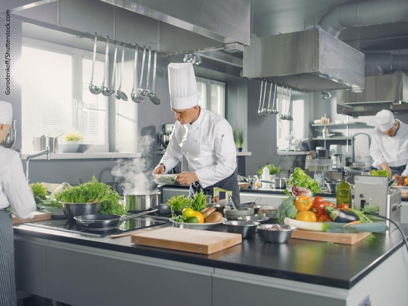Cocina industrial con cocinero al fondo
