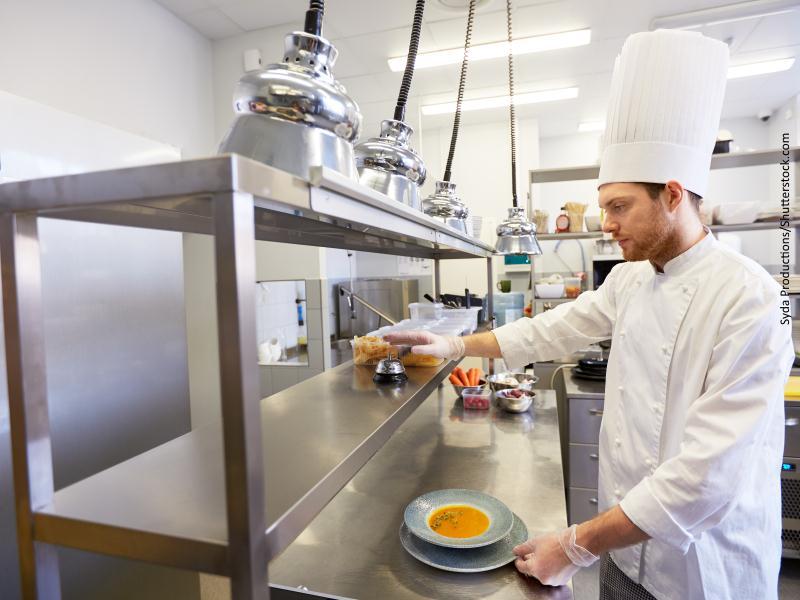 cocinero en cocina industrial
