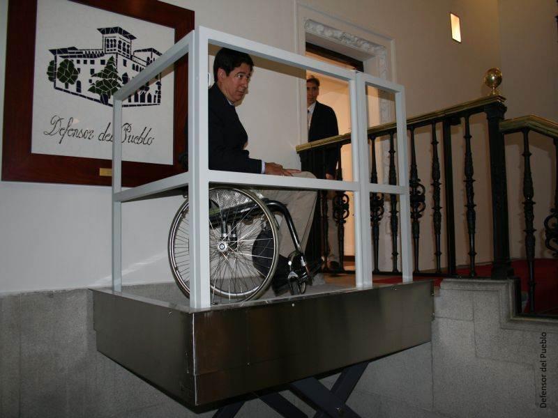 Borja Fanjul, director general de Discapacidad accede a la sede del Defensor con el elevador de la entrada