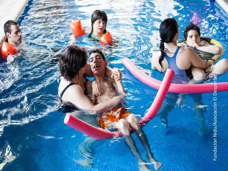 Niños con discapacidad en la piscina